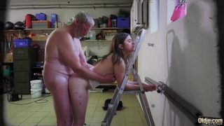 Old young – Just turned 18 yo babe fucks a wrinkled old man